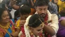 بالفيديو   هربا من قيود كورونا.. حفل زفاف هندي في الجو