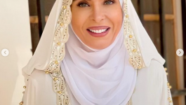 دينا تثير الجدل بعد ظهورها بحجاب وعباءة بيضاء