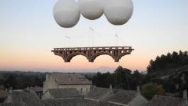 ابداع فنان فرنسي... جسور من ورق تحلق في السماء