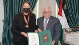 الرئيس يمنح القنصل العام السويدي وسام نجمة القدس.jpg
