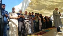 إقامة الصلاة في خيمة الاعتصام بحي البستان في سلوان