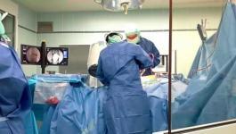 فريق طبي إيطالي يُجري عمليات لمرضى في مستشفى الخليل الحكومي.jpg