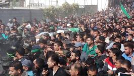 بالصور: جماهير غفيرة تُشيّع جثامين 7 شهداء ارتقوا شرق خانيونس