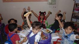 بالصور: برنامج إعادة البسمة لأطفال المناطق المدمرة في قطاع غزة يقدم وجبات ساخنة