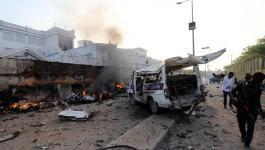 مصرع 17 شخصًا إثر انفجار سيارتين مفخختين في مقديشو.jpg