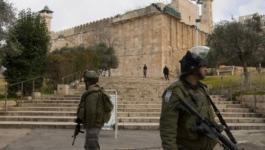 الاحتلال يحتجز شابًا ويغلق مدخلًا رئيسيًا في الخليل