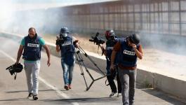 استهداف تجمع للصحفيين بقنابل الغاز شرق مخيم البريج.jpg