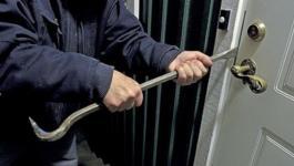 مسلحون يطلقون النار على منزل وسرقة محل تجاري في نابلس.jpg