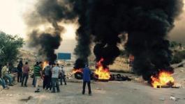 بالصور:  شُبّان غاضبون يغلقون الطرق المؤدية لرام الله تضامناً مع الأسرى