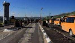 الاحتلال ينصب بوابة حديدية على مدخل بلدة إذنا غرب الخليل