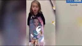 بالفيديو.. طفلة تحاول إقناع والدها بسرقة دمية