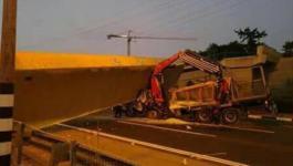 انهيار جسر فوق شاحنة اسرائيلية شرق تل ابيب.jpg