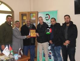 بالصور: الجبهة الديمقراطية تزور مقر وكالة خبر في مدينة غزّة