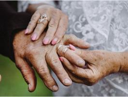 شاهدوا: عروس في سنّ الـ 72 توافق أخيرًا على طلب حبيبها بالزواج بعد إلحاح استمرّ 42 عامًا!