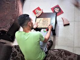 بالصور: شاب غزّي يُنمي موهبته الفنية ويتخذها مصدراً للرزق