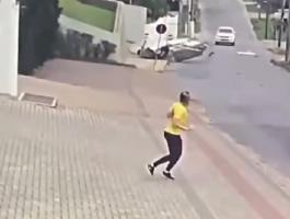 بالفيديو: شاهد ردة فعل هذه المرأة بعد سقوط طائرة خلفها في شارع مليء بالسيارات