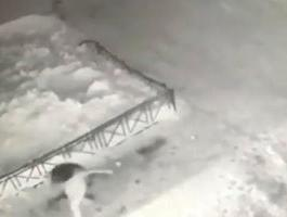 سقوط طفلة على كومة ثلج