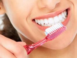 خبراء يحددون متى تنظف أسنانك؟