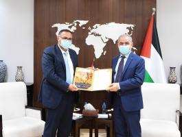 اشتية يتسلم التقرير السنوي لهيئة التقاعد الفلسطينية للعام 2020