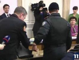 إعتقال مسؤولين بتهم فساد