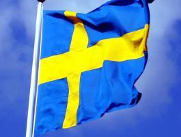 Swedish_flag_with_blue_sky_behind_ausschnitt