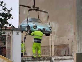 شاهدوا بالصور: اكتشاف سيارة قديمة في