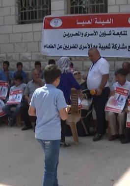 شاهد بالفيديو: وقفة أمام مقر الصليب الأحمر في البيرة تنديداً باستشهاد الأسير السايح