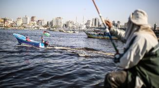 رغم إبلاغهم بمكبرات الصوت.. الاحتلال ينفي قرار تقليص مساحة الصيد في بحر غزّة