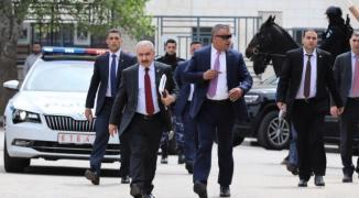 الحكومة تكشف عن قرار بتوحيد نسب صرف رواتب موظفي غزّة والضفة