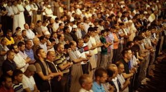 شاهد: 450 ألف مصلِ يُحيون ليلة القدر في رحاب المسجد الأقصى المبارك
