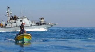 زوارق الاحتلال تستهدف مراكب الصيادين في بحر غزة
