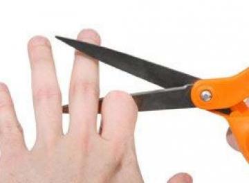 السبب غريب: هندي يقطع إصبعه متعمدا !