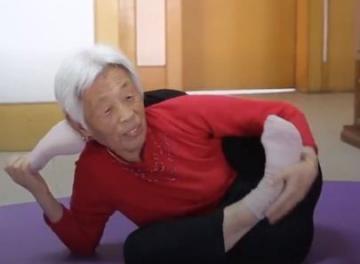 عجوز صينية تمارس تدريبات خارقة
