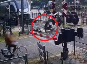 بالفيديو: فتاة تنجو بأعجوبة من حادث دهس قطار سريع