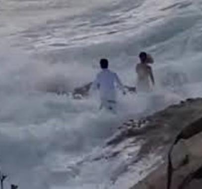 بالفيديو والصور: موجة عملاقة تفسد فرحة عروسين