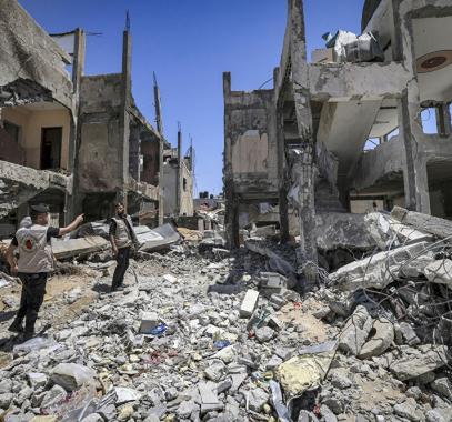 فلسطينيو سوريا يُساعدون أهالي مخيم اليرموك بإزالة أنقاض المنازل