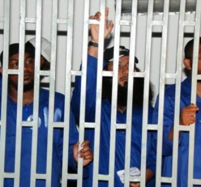 سجناء من القاعدة في المكلا أثناء محاكمتهم