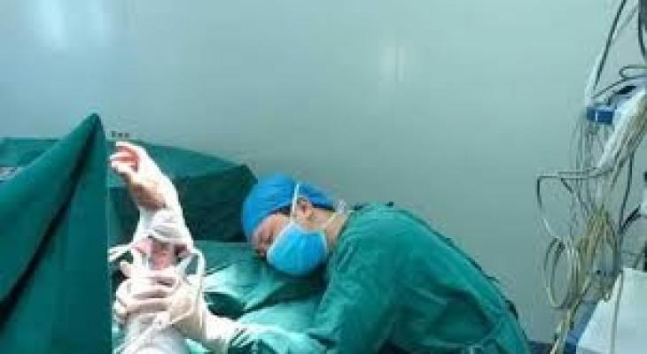 شاهدوا : صورة مؤثرة جدا لطبيب نام في غرفة العمليات