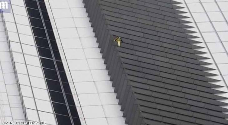 """شاهد بالفيديو : """"الرجل العنكبوت"""" يتسلق """"ناطحة سحاب"""" بدون معدات"""