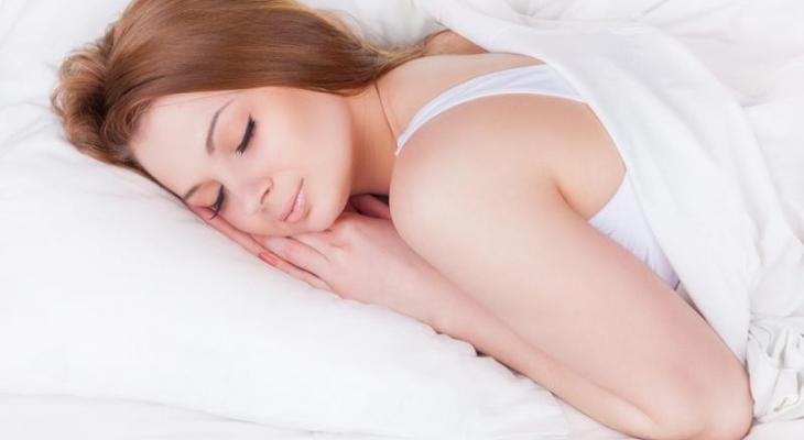 """اليكى سيدتي:  أضرار نوم """"الحامل"""" على بطنها"""