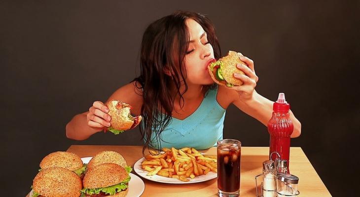 """""""صحتك في خطر"""" بسبب تناول """"الطعام"""" بسرعة"""