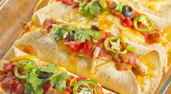 """طريقة عمل """"انشيلادا الدجاج"""" من المطبخ المكسيكي"""