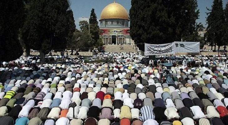 """العشرات يؤدون صلاة """"الجمعة"""" في خيمة الاعتصام ببادية القدس"""