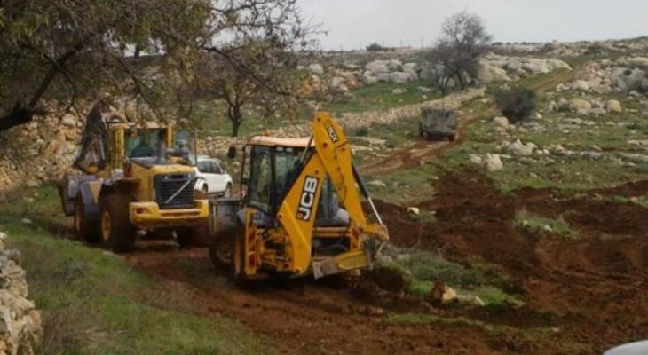 الاحتلال يجرف أراضي زراعية وطرق فرعية في نابلس