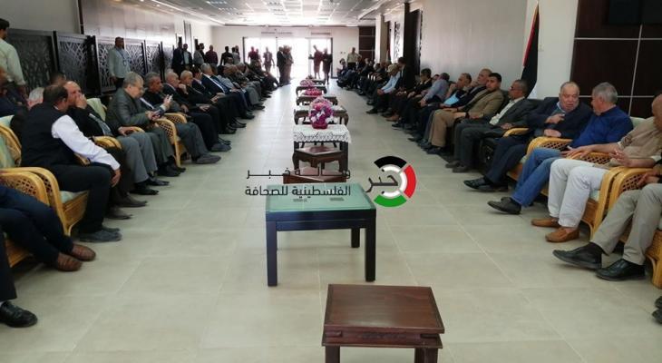 """شاهد بالصور: قادة الفصائل الفلسطينية تستقبل جثمان الراحل """"مهنا"""" على معبر رفح"""