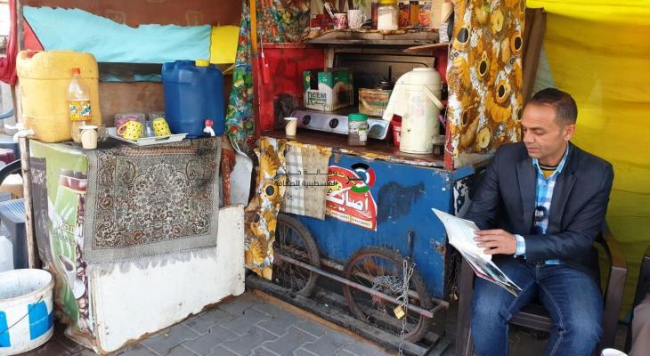 بالصور: فقط في غزّة.. روائي وأديب ينتهي به الحال بائعاً للقهوة في عتبات الطرق