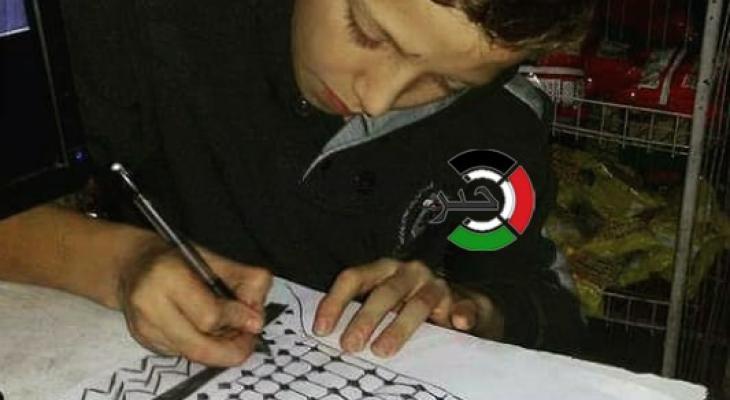 بالصور: الطفل الموهوب.. جسدّ برسوماته شخصيات ورموز الشعب الفلسطيني