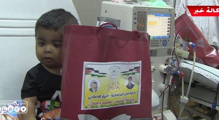 """شاهد بالفيديو: كتلة النائب """"دحلان"""" بالمجلس التشريعي تزور أطفال مستشفى الرنتيسي في غزّة"""