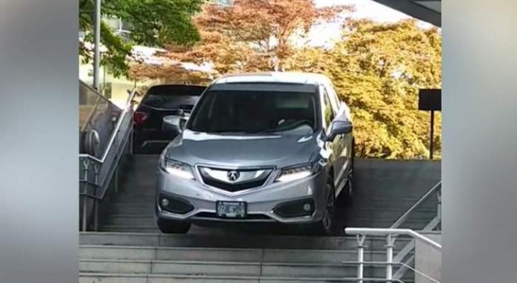 شاهدوا بالفيديو: سيدة تقود سيارتها على درج في كندا!