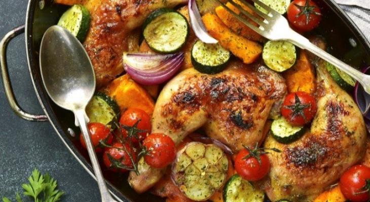 """طريقة عمل """" دجاج محمر"""" مع الخضار والثوم"""
